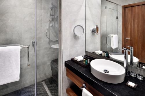 A bathroom at Mövenpick Hotel Apartments Downtown Dubai