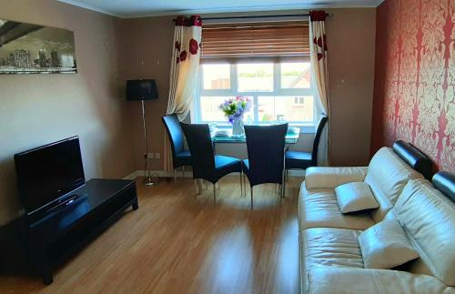 A seating area at LILY'S FABULOUS APARTMENT GLA-AIRPORT & CITY