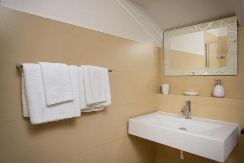 Een badkamer bij Belmar Oceanfront Apartments