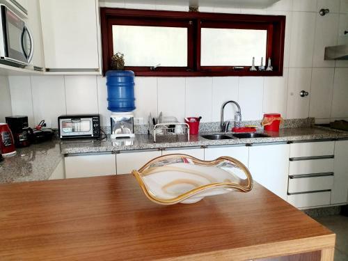 A kitchen or kitchenette at Casa com linda vista em Maresias