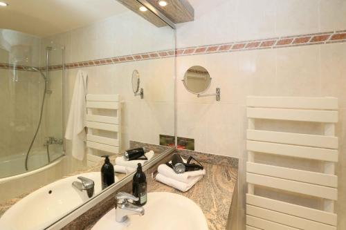 A bathroom at Aparthotel Adagio Geneve Saint Genis Pouilly