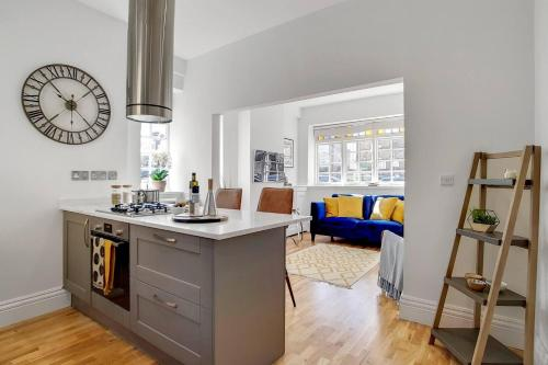 A kitchen or kitchenette at Stunning 3 Bedroom Home in the Heart of Greenwich