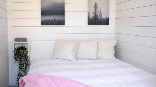 En eller flere senger på et rom på Happyfugu Domki Letniskowe