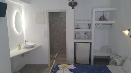 A bathroom at Augusta Studios & Apartments
