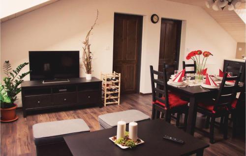 Televízia a/alebo spoločenská miestnosť v ubytovaní Two-Bedroom Apartment in Podhajska