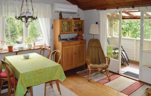 Ett kök eller pentry på Three-Bedroom Holiday Home in Ingaro
