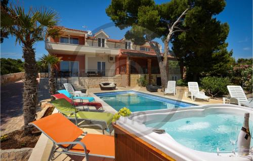 A piscina localizada em Holiday Home Sucuraj 04 ou nos arredores