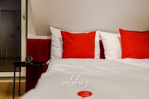 Кровать или кровати в номере Eddie's Design Apartments