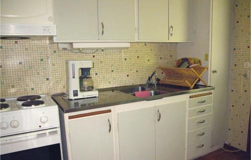 Ett kök eller pentry på Three-Bedroom Holiday Home in Hollviken
