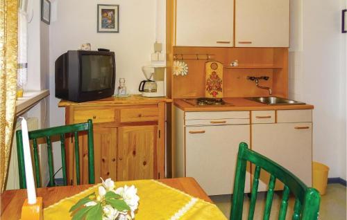 Кухня или кухненски бокс в One-Bedroom Apartment in Kranjska Gora