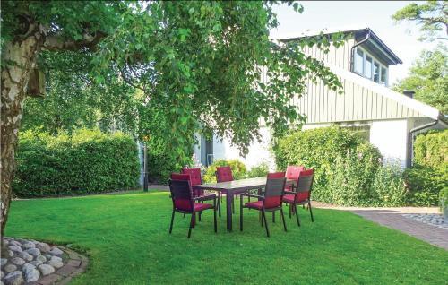 En trädgård utanför One-Bedroom Holiday Home in Hollviken