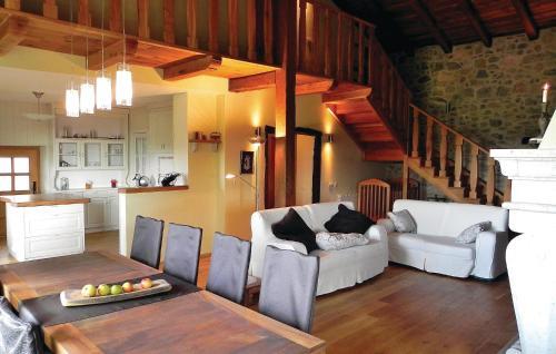 Predel za sedenje v nastanitvi Five-Bedroom Holiday Home in Sezana