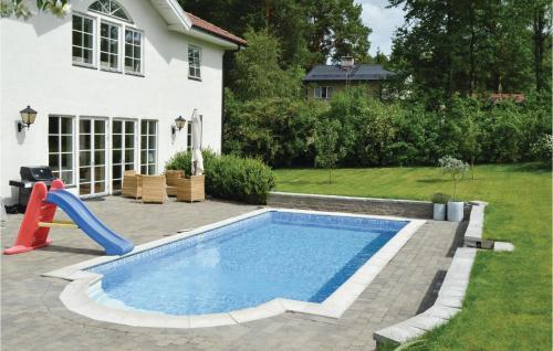 Poolen vid eller i närheten av Four-Bedroom Holiday Home in Enebyberg