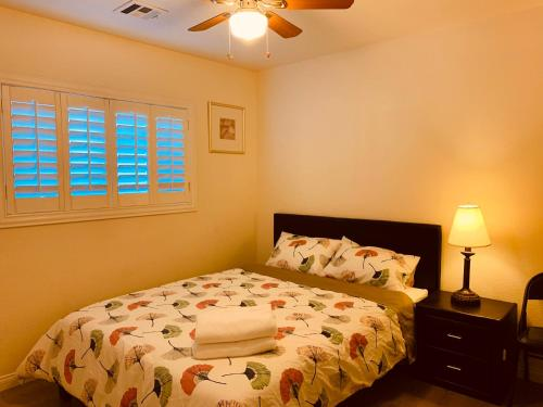 A bed or beds in a room at Las Vegas cozy house 15 Min from the strip airport