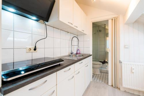 A kitchen or kitchenette at Centerapartments Tonhallenstraße