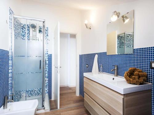 Uma casa de banho em Taormina Stationhouse