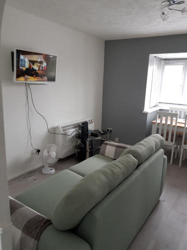 A bed or beds in a room at 1 Bedroom Apartment Ponders End