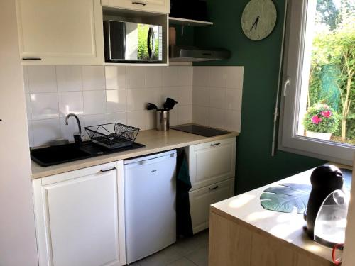 A kitchen or kitchenette at Bulle Dorée
