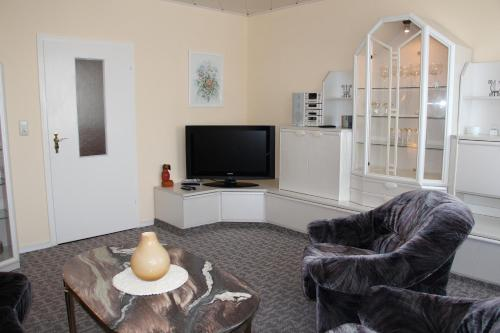 A television and/or entertainment center at Ferienwohnung Oleanderhof