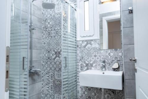 A bathroom at Cactus Room