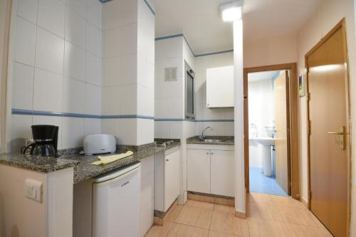 Een keuken of kitchenette bij Apartamentos Tinoca