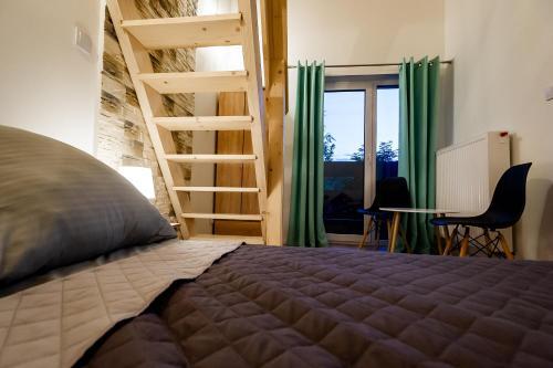 Łóżko lub łóżka w pokoju w obiekcie Apartament Podmagura
