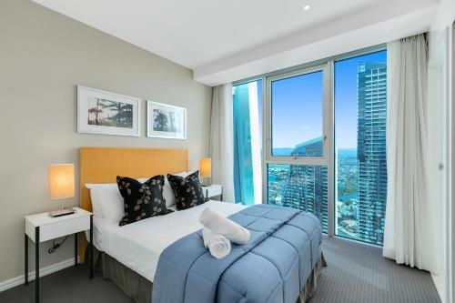 """A bed or beds in a room at """"H"""" Residences - We Accommodate"""