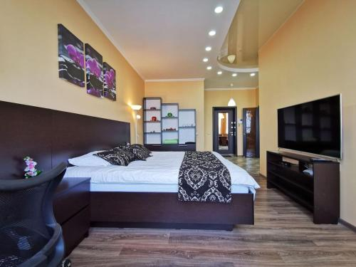 A bed or beds in a room at Spacious Studio on Pulody 43