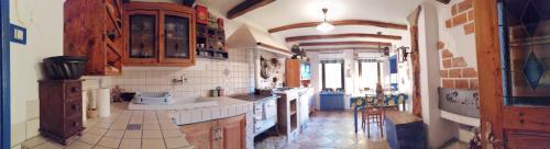 Kuhinja oz. manjša kuhinja v nastanitvi Vintage villa with swimming pool,sauna....