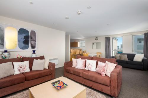 Posezení v ubytování Spacious 2 Bedroom Apartment Downtown Christchurch