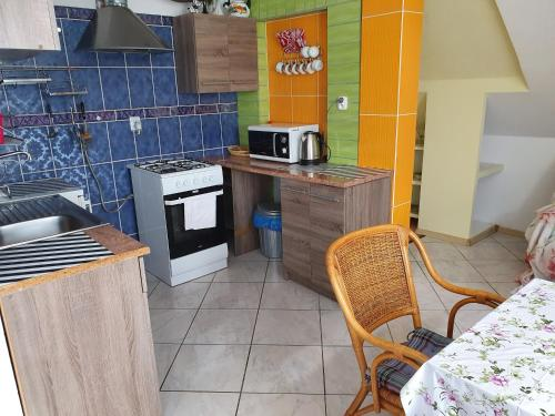A kitchen or kitchenette at Marynarki Polskiej