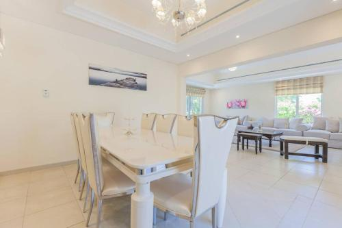 A restaurant or other place to eat at Gorgeous 3 Bedroom Villa in Green Community