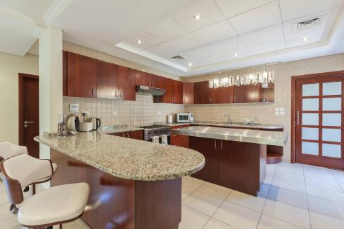 A kitchen or kitchenette at Gorgeous 3 Bedroom Villa in Green Community