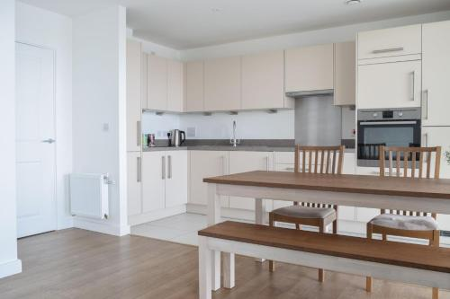 A kitchen or kitchenette at 2 Bedroom Riverside Flat in Greenwich with Large Balcony