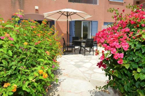 A porch or other outdoor area at Sunny Garden Apartment