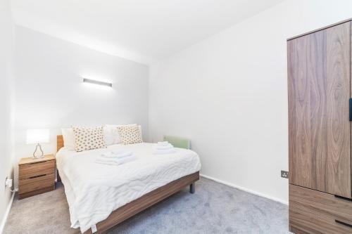 Ein Bett oder Betten in einem Zimmer der Unterkunft Stunning Spacious 2 Bed 2Bath Kensington SW7 Apartment
