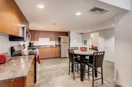 A kitchen or kitchenette at 3BR/1BA Stunner in Center Of Gaslamp!