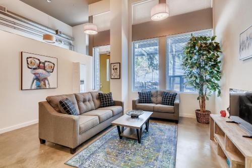 A seating area at 3BR/1BA Stunner in Center Of Gaslamp!