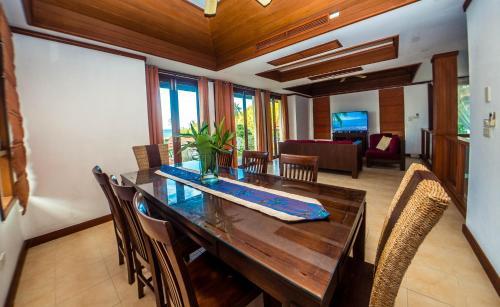 Ein Sitzbereich in der Unterkunft Samui Villa Plumeria at Thongson Bay Beach