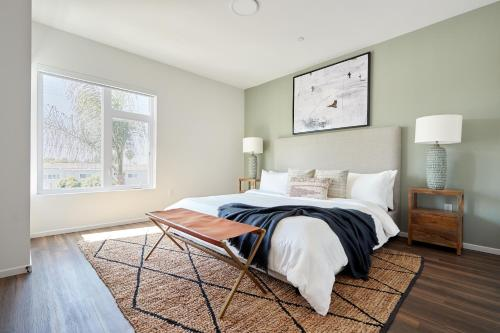 A bed or beds in a room at Sonder — Texas Suites