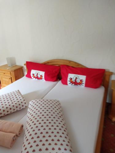 A bed or beds in a room at Gasthaus Falbesoner