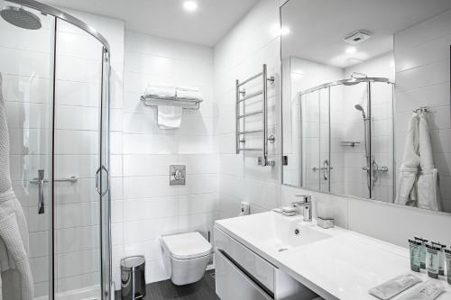 Salle de bains dans l'établissement Ramada Hotel & Suites by Wyndham Novosibirsk Zhukovka