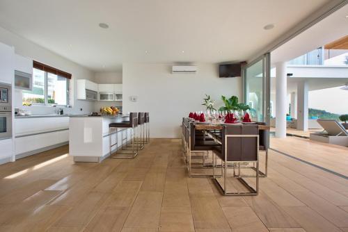 Een keuken of kitchenette bij Villa Monsoon