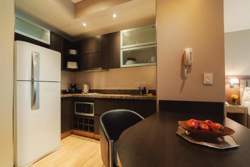 A cozinha ou cozinha compacta de ARC Arenales Studios & Suites