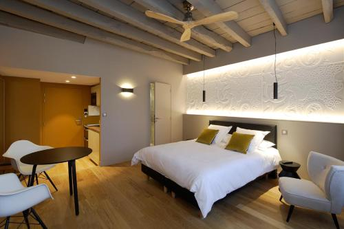 A bed or beds in a room at Les Maisons du Pont
