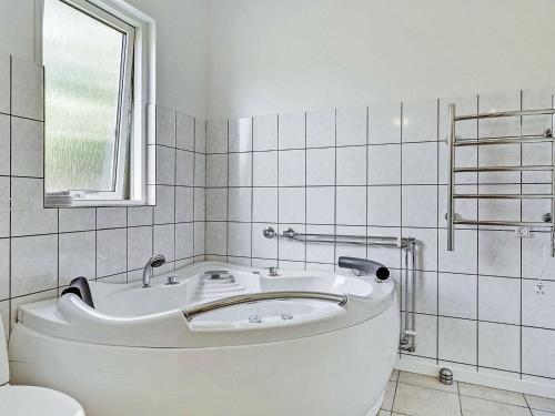 A bathroom at Three-Bedroom Holiday home in Åfarnes