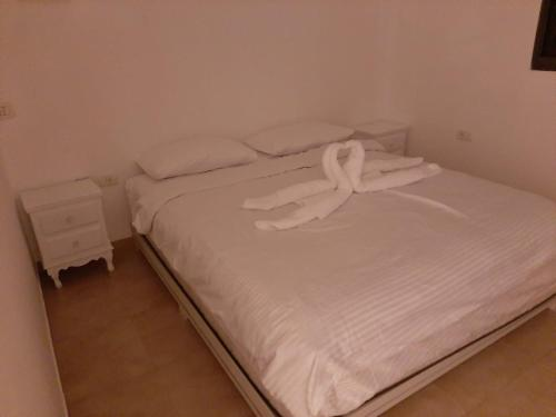 A bed or beds in a room at הצימר של נצח