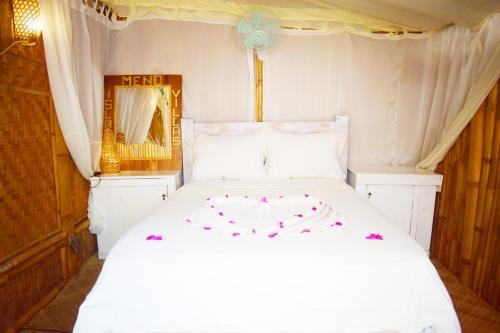 Tempat tidur dalam kamar di Meno Island Villas