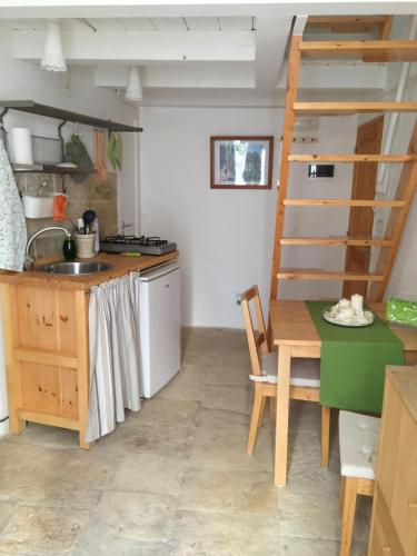 A kitchen or kitchenette at La Casetta di Babbo