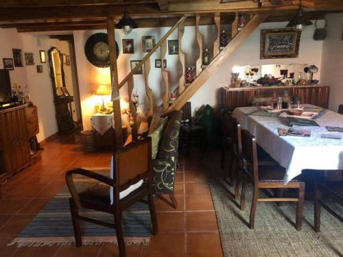 A restaurant or other place to eat at Casa da Palmeira